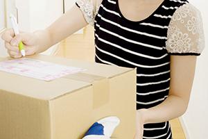 宅配便でAmazon商品を受け取る女性