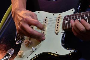 音楽を演奏するギターの写真